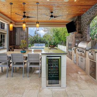 Foto di un ampio patio o portico contemporaneo dietro casa con piastrelle e un gazebo o capanno