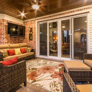 Foto di un patio o portico classico di medie dimensioni e dietro casa con cemento stampato e un tetto a sbalzo