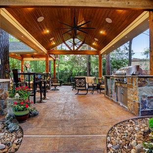 Mittelgroßer Rustikaler Patio hinter dem Haus mit Outdoor-Küche, Stempelbeton und Gazebo in Houston