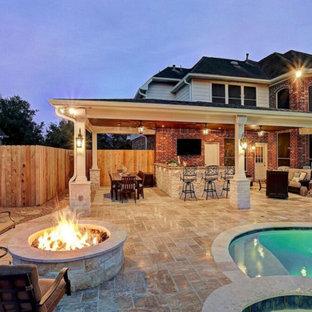 ヒューストンの中くらいのトラディショナルスタイルのおしゃれな裏庭のテラス (アウトドアキッチン、タイル敷き、張り出し屋根) の写真
