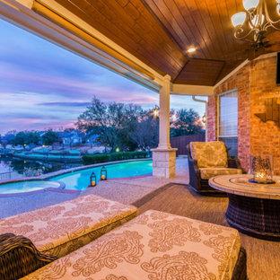 Imagen de patio clásico, de tamaño medio, en patio trasero y anexo de casas, con adoquines de piedra natural