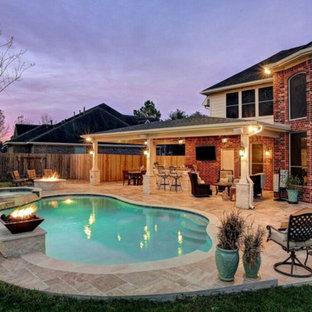 Ispirazione per un patio o portico classico di medie dimensioni e dietro casa con piastrelle e un tetto a sbalzo