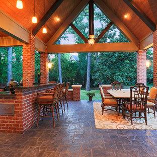 Idee per un patio o portico american style dietro casa con cemento stampato e nessuna copertura