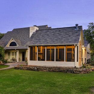 Foto de patio tradicional, de tamaño medio, en patio trasero y anexo de casas, con cocina exterior y adoquines de piedra natural