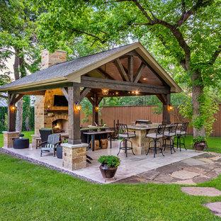Idee per un patio o portico stile rurale di medie dimensioni e dietro casa con piastrelle e un gazebo o capanno