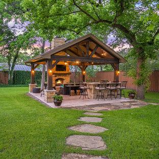 Exemple d'une terrasse avec une cuisine extérieure arrière montagne de taille moyenne avec du carrelage et un gazebo ou pavillon.