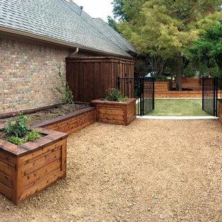 Modelo de patio tradicional, grande, sin cubierta, en patio lateral, con jardín de macetas y granito descompuesto