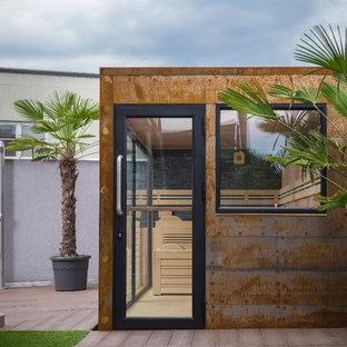Esempio di un grande patio o portico industriale dietro casa con pedane e nessuna copertura