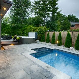 Esempio di un patio o portico contemporaneo dietro casa