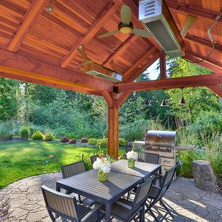 Esempio di un grande patio o portico american style dietro casa con fontane, pavimentazioni in pietra naturale e un gazebo o capanno