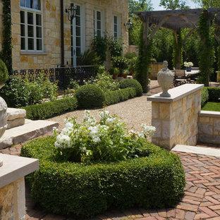 Ispirazione per un ampio patio o portico chic dietro casa con graniglia di granito e una pergola