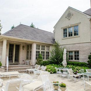 Esempio di un grande patio o portico vittoriano dietro casa con cemento stampato e nessuna copertura