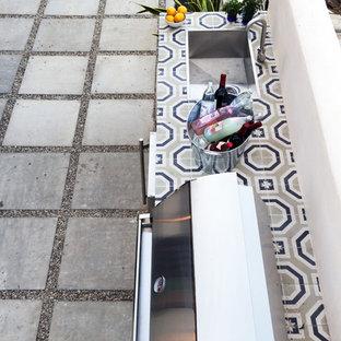 Immagine di un patio o portico eclettico di medie dimensioni e davanti casa con graniglia di granito