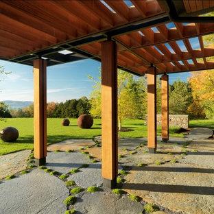 Immagine di un patio o portico stile rurale con una pergola