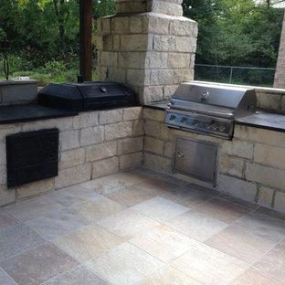 Ejemplo de patio rústico, de tamaño medio, en patio trasero, con suelo de baldosas, cocina exterior y pérgola