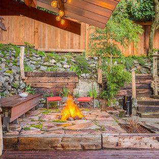 シアトルの小さいビーチスタイルのおしゃれなテラス・中庭 (ファイヤーピット) の写真