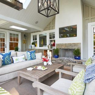 Cette image montre une terrasse marine avec une extension de toiture et une cheminée.