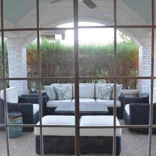 Immagine di un patio o portico chic di medie dimensioni e nel cortile laterale con un tetto a sbalzo e graniglia di granito