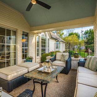 Idee per un patio o portico tradizionale di medie dimensioni e nel cortile laterale con un tetto a sbalzo e graniglia di granito