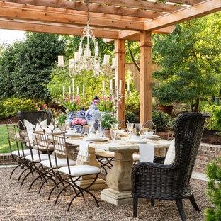 Foto de patio tradicional, de tamaño medio, en patio trasero, con gravilla y pérgola