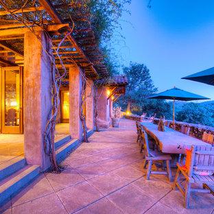 Idee per un ampio patio o portico american style dietro casa con pavimentazioni in pietra naturale e un gazebo o capanno