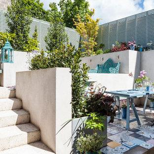 Immagine di un patio o portico bohémian dietro casa con pavimentazioni in mattoni e nessuna copertura