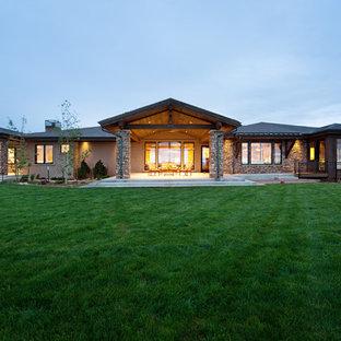 Ispirazione per un ampio patio o portico stile americano dietro casa con lastre di cemento e un tetto a sbalzo