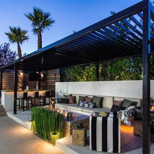 Diseño de patio clásico renovado, en patio trasero, con brasero y pérgola