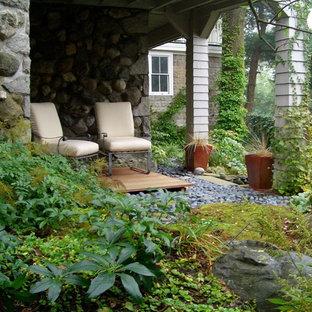 Foto di un patio o portico etnico di medie dimensioni e dietro casa con pedane e un parasole