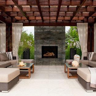 Diseño de patio actual con pérgola y chimenea