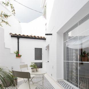 Immagine di un patio o portico mediterraneo nel cortile laterale con nessuna copertura