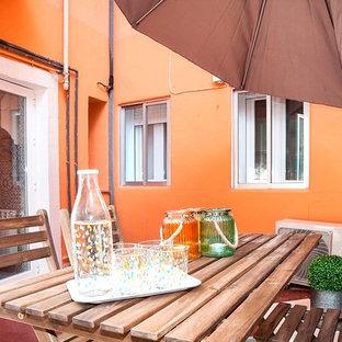 Foto di un patio o portico nordico di medie dimensioni e in cortile con piastrelle