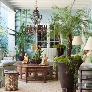 Idee per un grande patio o portico boho chic davanti casa con un giardino in vaso e una pergola