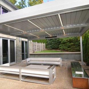 Inspiration för mellanstora moderna uteplatser på baksidan av huset, med granitkomposit och en pergola