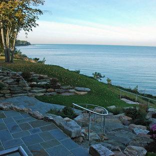 Immagine di un patio o portico stile americano di medie dimensioni e dietro casa con pavimentazioni in pietra naturale e nessuna copertura