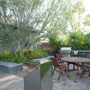 Esempio di un patio o portico industriale di medie dimensioni e dietro casa con nessuna copertura
