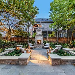 Ispirazione per un patio o portico classico dietro casa con nessuna copertura e un caminetto