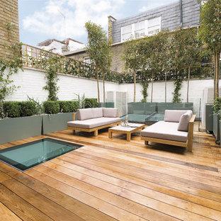 Ispirazione per un patio o portico design dietro casa con pedane