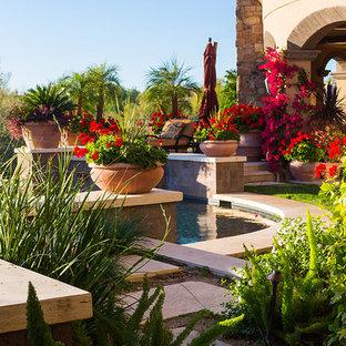 Foto di un grande patio o portico tradizionale dietro casa con fontane