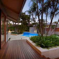 Tropical Patio by Mondo Landscapes