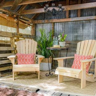 Ispirazione per un patio o portico stile americano di medie dimensioni e dietro casa con pedane e un gazebo o capanno