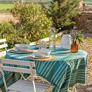 Foto de patio mediterráneo, grande, en patio trasero, con gravilla