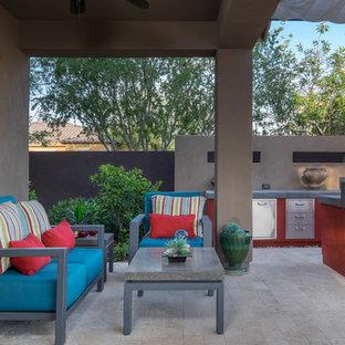 Idee per un patio o portico contemporaneo di medie dimensioni e dietro casa con fontane, piastrelle e un parasole
