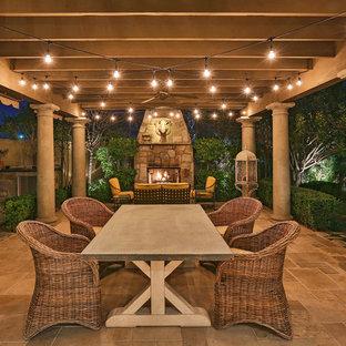 Idee per un patio o portico vittoriano con piastrelle e una pergola