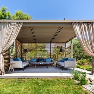 Modelo de patio actual, grande, en patio trasero, con entablado y cenador
