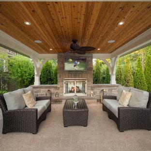 Diseño de patio tradicional renovado con brasero y cenador