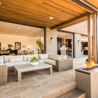 Imagen de patio contemporáneo, de tamaño medio, en patio trasero y anexo de casas, con brasero y suelo de baldosas
