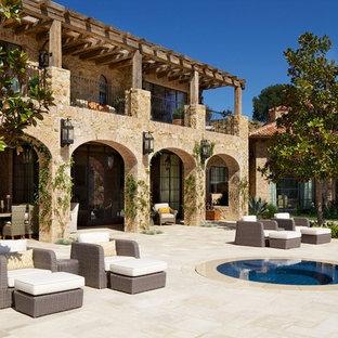 Пример оригинального дизайна интерьера: огромный дворик в средиземноморском стиле без защиты от солнца