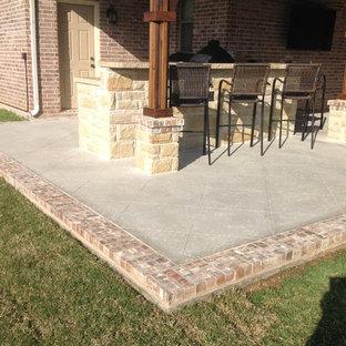 Ispirazione per un grande patio o portico stile americano dietro casa con lastre di cemento e una pergola