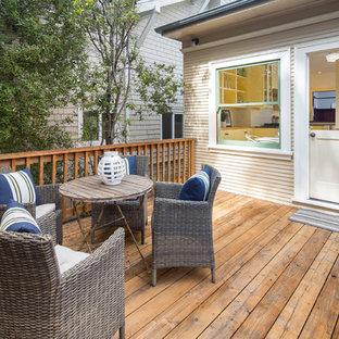 Idee per un patio o portico american style di medie dimensioni e dietro casa con pedane e nessuna copertura